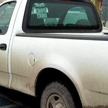 Camioneta de gobierno del estado usa estacionamiento para discapacitados