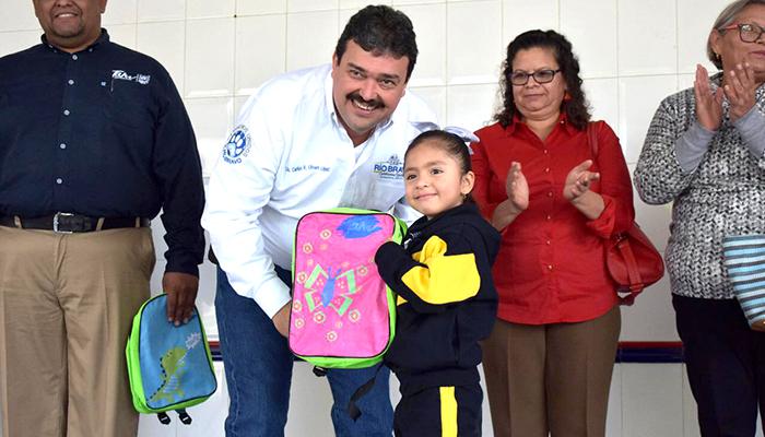 Reinician actividades escolares con entrega de mochilas