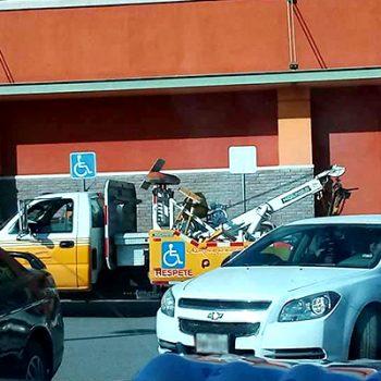 Denuncian vehículos en lugares para discapacitados en Río Bravo