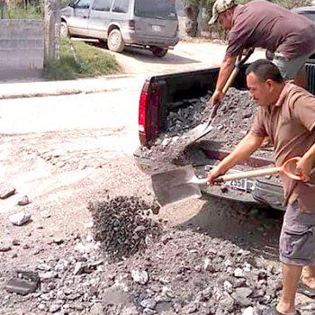 Vecinos tapan el mega bache de la colonia Cardenista