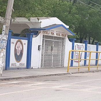 Cansados de maestra faltista, padres bloquean acceso a primaria Miguel Hidalgo
