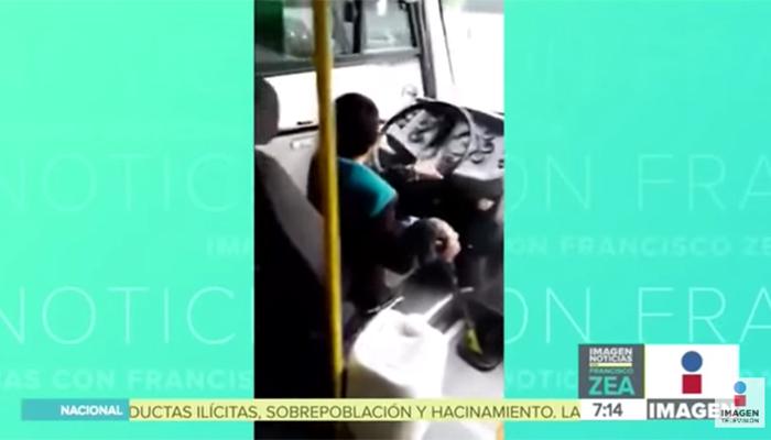 Niño chofer de microbús espanta a los usuarios del trasporte público