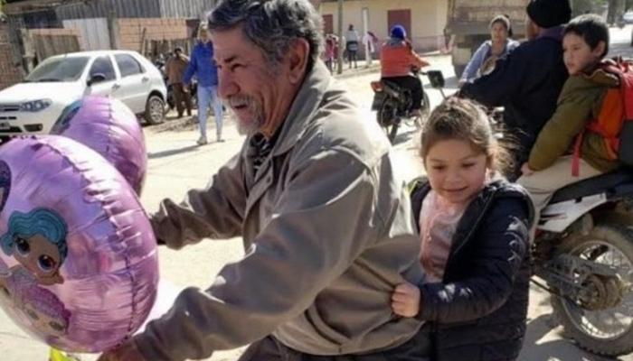 Abuelito adorna su bici y sorprende a su nieta en su cumpleaños