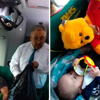 Chofer de camión regala juguetes en Navidad y se hace viral