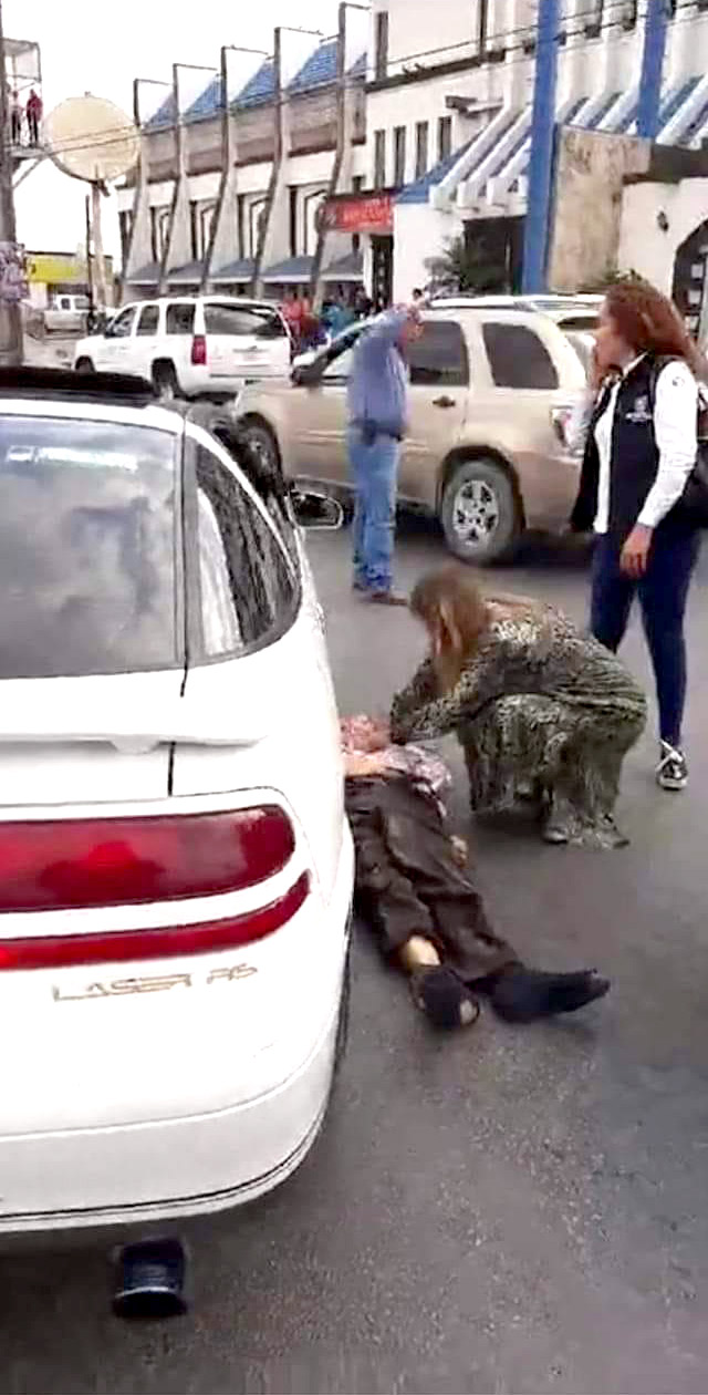 El día de hoy un indigente cruzó sin precaución alguna la avenida Hidalgo a la altura del Hotel Virrey en Reynosa