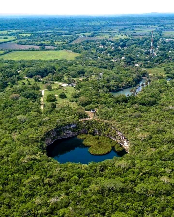 """Cenote """"El Zacatón"""""""